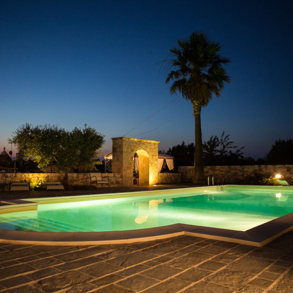 Trulli Oasi Fiorita: La nostra piscina in modalità notturna