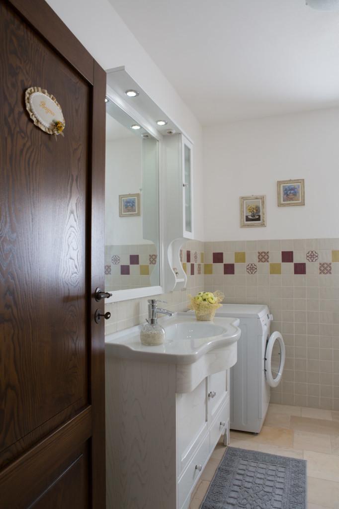 Bagno piccolo con doccia classico sanitari classici e for Arredare bagno piccolo con lavatrice