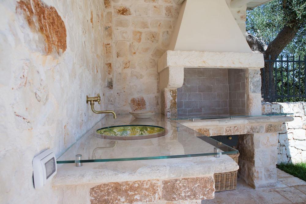 Dormire nei trulli case vacanze in puglia nei trulli - Cucina esterna in muratura con barbecue ...