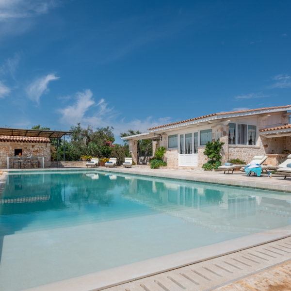 Esterno piscina L'Antica Dimora - Trulli Oasi Fiorita (4)