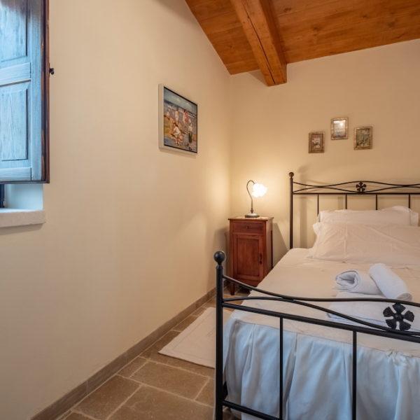 camera-singola-con-letto-trulli-oasi-fiorita